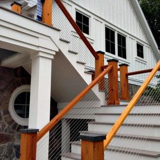 Imagen de fachada gris, urbana, de tamaño medio, de dos plantas, con revestimiento de vinilo y tejado a dos aguas