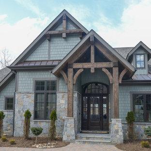 Inspiration för mellanstora rustika gröna hus, med två våningar, blandad fasad och valmat tak