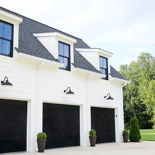 Идея дизайна: двухэтажный, белый частный загородный дом среднего размера в стиле кантри с облицовкой из ЦСП, двускатной крышей и крышей из смешанных материалов