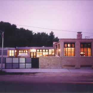 Ejemplo de fachada de casa beige, industrial, a niveles