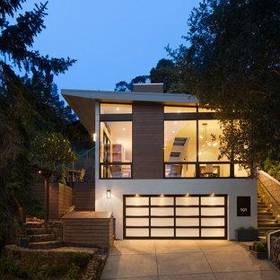 Diseño de fachada blanca, actual, de dos plantas, con revestimientos combinados y tejado de un solo tendido