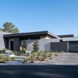 Modelo de fachada de casa blanca, minimalista, grande, de una planta, con tejado plano y revestimiento de estuco