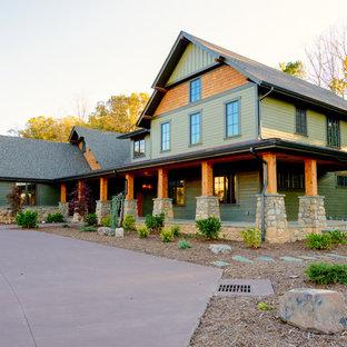 Foto de fachada de casa verde, campestre, grande, de dos plantas, con tejado a dos aguas, tejado de teja de madera y revestimientos combinados