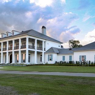 Свежая идея для дизайна: огромный, трехэтажный, белый частный загородный дом в стиле современная классика с облицовкой из крашеного кирпича и крышей из смешанных материалов - отличное фото интерьера
