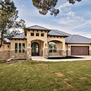 Mediterranes Haus mit Steinfassade und Blechdach in Austin