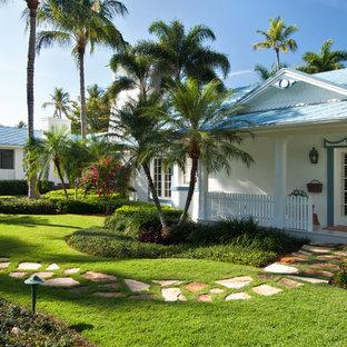 Неиссякаемый источник вдохновения для домашнего уюта: одноэтажный дом в морском стиле с синей крышей