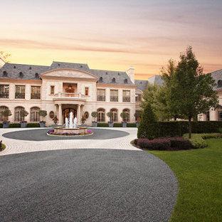 Ispirazione per la facciata di una casa ampia bianca mediterranea a due piani con rivestimento in pietra e tetto a padiglione