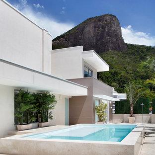 Свежая идея для дизайна: двухэтажный, белый многоквартирный дом в современном стиле - отличное фото интерьера