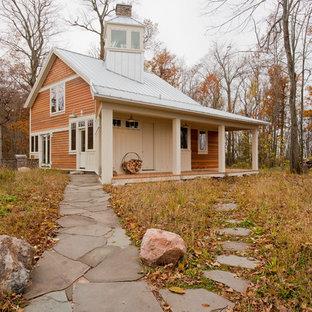 Идея дизайна: двухэтажный, деревянный, коричневый частный загородный дом в стиле кантри с двускатной крышей, металлической крышей и белой крышей