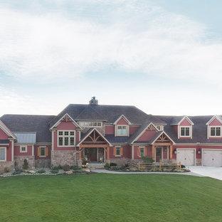 Idéer för ett mycket stort rustikt rött hus, med två våningar, vinylfasad, sadeltak och tak i shingel