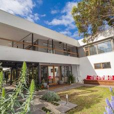 Midcentury Exterior by DE atelier Architects