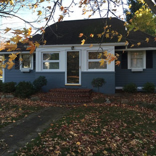 クリーブランドの小さいトラディショナルスタイルのおしゃれな家の外観 (混合材サイディング) の写真
