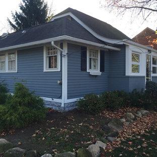 Bild på ett litet vintage blått hus, med allt i ett plan och blandad fasad