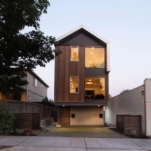 Idee per la facciata di una casa marrone contemporanea a tre o più piani di medie dimensioni con rivestimento in legno