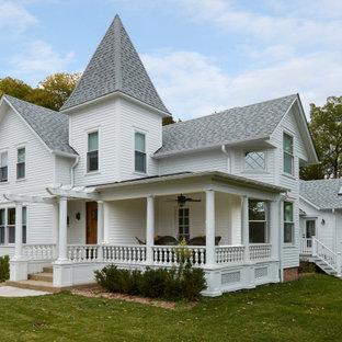 Inspiration för ett vintage vitt hus, med två våningar, sadeltak och tak i shingel