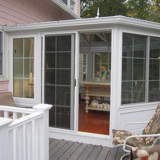 Exemple d'une façade de maison blanche romantique de taille moyenne et de plain-pied avec un revêtement en vinyle.