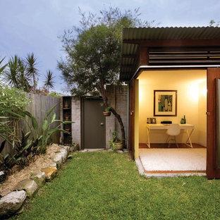 На фото: одноэтажный дом в современном стиле с