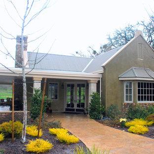 Imagen de fachada verde, de estilo de casa de campo, de tamaño medio, de una planta, con revestimiento de estuco