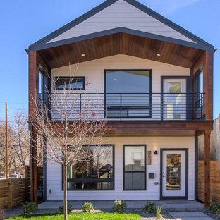 Diseño de fachada blanca, urbana, de dos plantas, con tejado a dos aguas