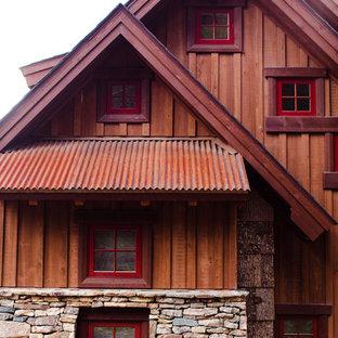 Diseño de fachada marrón, rural, pequeña, de tres plantas, con revestimiento de madera y tejado a dos aguas