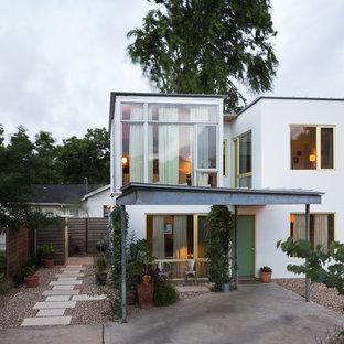 Diseño de fachada de casa blanca, bohemia, pequeña, de dos plantas, con revestimiento de estuco, tejado plano y tejado de metal