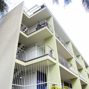 ロサンゼルスの巨大なモダンスタイルのおしゃれな三階建ての家 (漆喰サイディング、緑の外壁、アパート・マンション) の写真