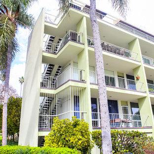 ロサンゼルスのモダンスタイルのおしゃれな家の外観 (漆喰サイディング、緑の外壁、アパート・マンション) の写真