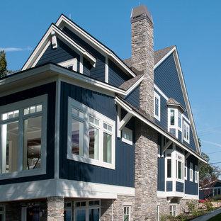 Modelo de fachada azul, costera, de tamaño medio, de tres plantas, con revestimiento de aglomerado de cemento y tejado a dos aguas
