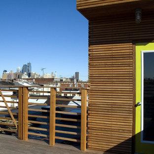 Стильный дизайн: двухэтажный, деревянный, коричневый дом среднего размера в современном стиле с плоской крышей - последний тренд