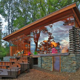ワシントンD.C.のラスティックスタイルのおしゃれな家の外観 (ガラスサイディング、茶色い外壁) の写真