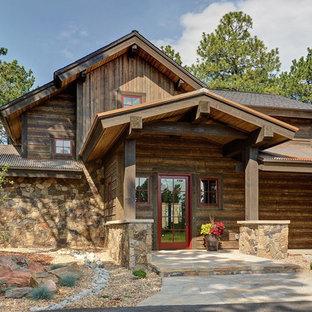 Inspiration för ett stort rustikt brunt hus, med två våningar, blandad fasad, sadeltak och tak i mixade material