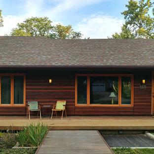 Imagen de fachada azul, vintage, de tamaño medio, de una planta, con revestimiento de madera y tejado a cuatro aguas