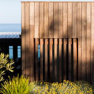 Foto de fachada costera, de tamaño medio, a niveles, con revestimiento de madera