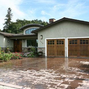 Стильный дизайн: фасад дома в классическом стиле с облицовкой из камня - последний тренд