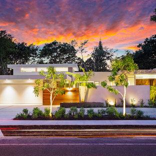 Diseño de fachada de casa blanca, minimalista, grande, de una planta, con tejado plano