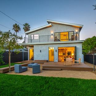 ロサンゼルスのミッドセンチュリースタイルのおしゃれな家の外観 (漆喰サイディング、グレーの外壁、戸建、板屋根、切妻屋根) の写真