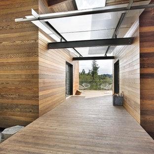 Esempio della facciata di una casa moderna con rivestimento in legno