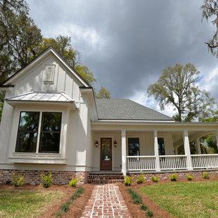 ジャクソンビルの中くらいのトラディショナルスタイルのおしゃれな家の外観 (コンクリート繊維板サイディング、混合材屋根) の写真