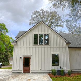 Idéer för att renovera ett mellanstort vintage vitt hus, med allt i ett plan, fiberplattor i betong, mansardtak och tak i shingel