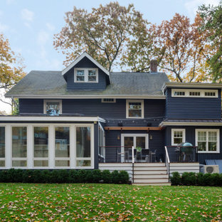Idee per la facciata di una casa unifamiliare blu classica a tre o più piani di medie dimensioni con rivestimento in vinile, tetto a capanna e copertura a scandole