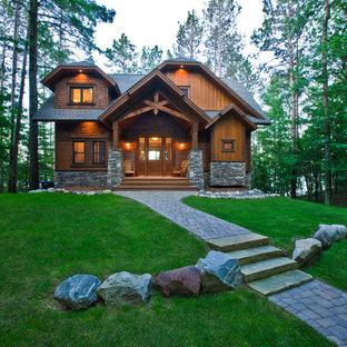 Inspiration pour une façade en bois marron chalet de taille moyenne et à un étage avec un toit à croupette.