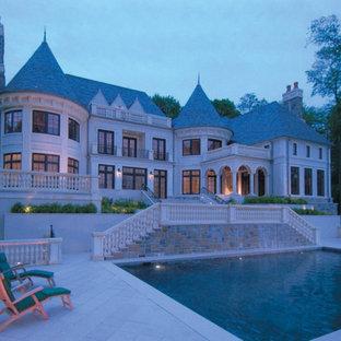 Inspiration för mycket stora klassiska vita hus, med tre eller fler plan och halvvalmat sadeltak