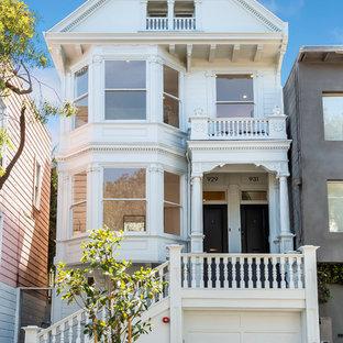 Cette image montre une façade de maison blanche victorienne de taille moyenne et à deux étages et plus avec un toit à deux pans et un toit en shingle.