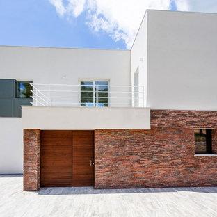 Idee per la facciata di una casa grande bianca mediterranea a due piani con rivestimenti misti e tetto piano