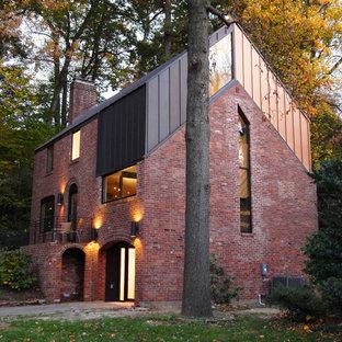 ワシントンD.C.のコンテンポラリースタイルのおしゃれな家の外観 (レンガサイディング、赤い外壁、切妻屋根、戸建、金属屋根) の写真