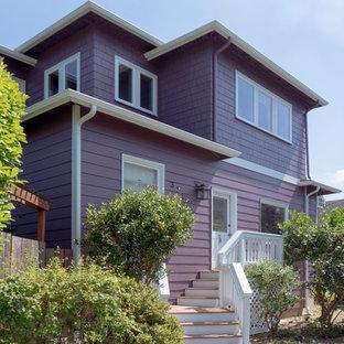シアトルのおしゃれな家の外観 (木材サイディング、紫の外壁) の写真