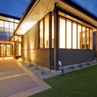 Modelo de fachada de casa gris, retro, extra grande, de dos plantas, con revestimientos combinados y tejado plano