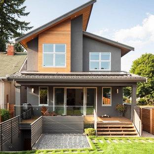 На фото: фасад дома серого цвета в современном стиле с комбинированной облицовкой с