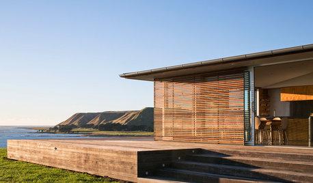 Houzzツアー:時とともに風合いが増す木の外装に守られた海辺の別荘