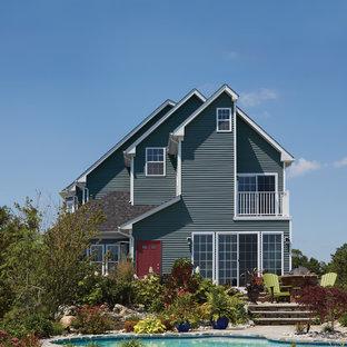 Inspiration för ett mellanstort maritimt blått hus, med tre eller fler plan och vinylfasad